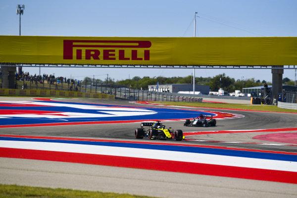 Daniel Ricciardo, Renault R.S.19, leads Kimi Raikkonen, Alfa Romeo Racing C38