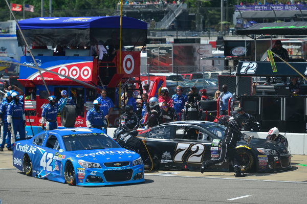 Monster Energy NASCAR Cup Series Toyota Owners 400 Richmond International Raceway, Richmond, VA USA Sunday 30 April 2017 Kyle Larson, Chip Ganassi Racing, Credit One Bank Chevrolet SS and Cole Whitt, TriStar Motorsports, Chevrolet SS, makes a pit stop World Copyright: John Harrelson / LAT Images