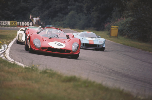 Brands Hatch, Great Britain.30 July 1967.Paul Hawkins/Jonathan Williams (Ferrari 330P4) leads a Ford GT40 and Porsche 910.Ref-Motorsport Catalogue p21.Please Note: This image is available as a 30mb+ CMYK Tiff scan upon request.World Copyright - LAT Photographic