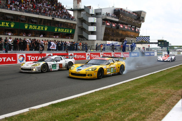 Circuit de La Sarthe, Le Mans, France.8th - 14th June 2009. Jan Magnussen/Johnny O'Connell/Antonio Garcia, No 63 Corvette Racing Corvette C6 R, does a burn out as it crosses the finish line with the car of Julien Jousse/Xavier Maasen/Yann Clairay, No 73 Luc Alphand Adventures Corvette C6 R, in formation. Action. Finish. World Copyright: Kevin Wood/LAT Photographic Photographic Ref: IMG_6911 JPG