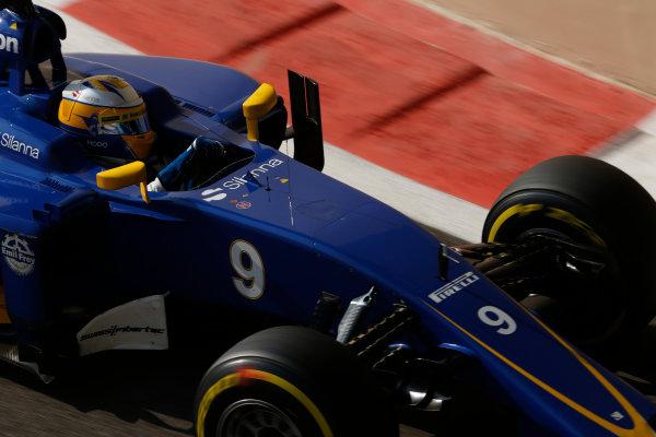 Yas Marina Circuit, Abu Dhabi, United Arab Emirates. Saturday 28 November 2015. Marcus Ericsson, Sauber C34 Ferrari. World Copyright: Charles Coates/LAT Photographic ref: Digital Image _99O9033