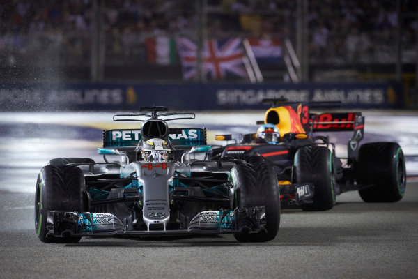 Marina Bay Circuit, Marina Bay, Singapore. Sunday 17 September 2017. Lewis Hamilton, Mercedes F1 W08 EQ Power+, leads Daniel Ricciardo, Red Bull Racing RB13 TAG Heuer.  World Copyright: Steve Etherington/LAT Images  ref: Digital Image SNE19424