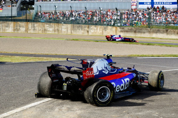 Suzuka Circuit, Japan. Sunday 08 October 2017. Pierre Gasly, Toro Rosso STR12 Renault, passes the crashed car of Carlos Sainz Jr, Toro Rosso STR12 Renault. World Copyright: Steven Tee/LAT Images  ref: Digital Image _O3I0308
