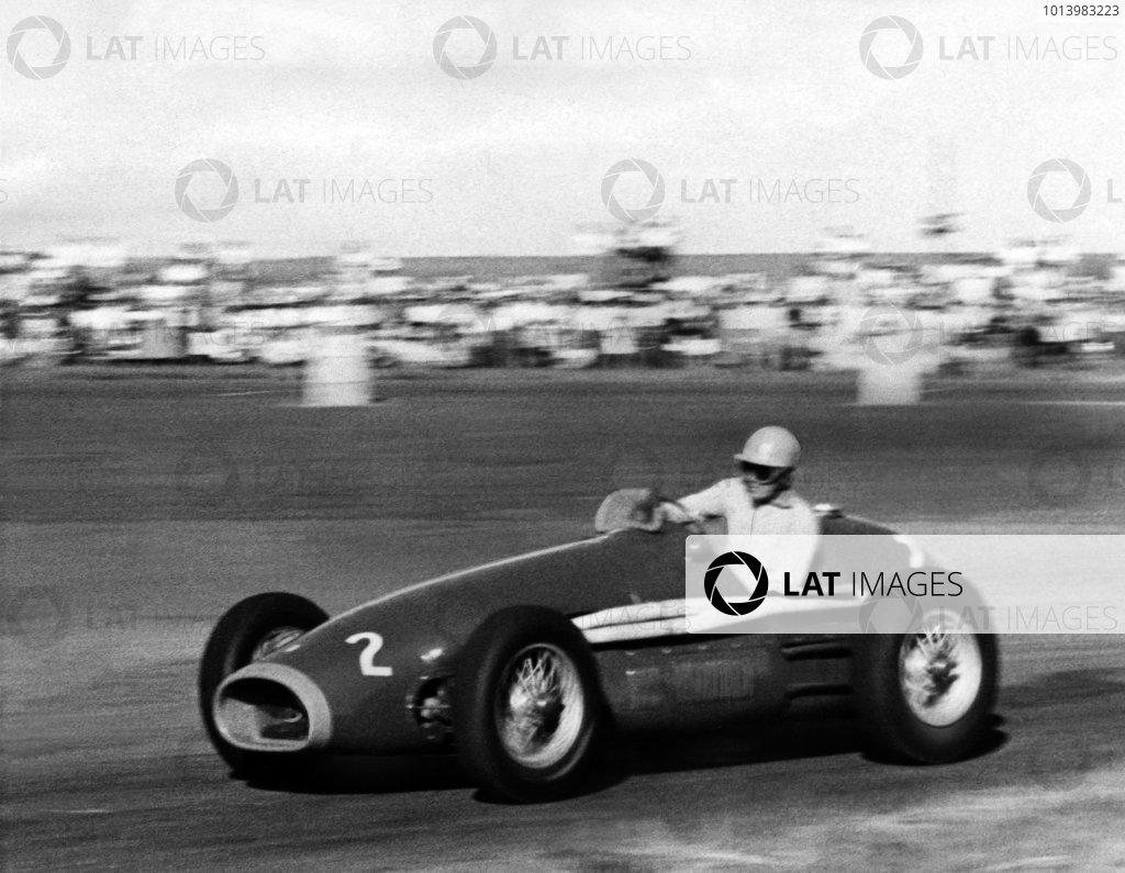 Queenshaven, South Africa.  Tony Gaze (Ferrari 750S), 1st position, action. World Copyright: LAT Photographic. Ref: B/W Print.