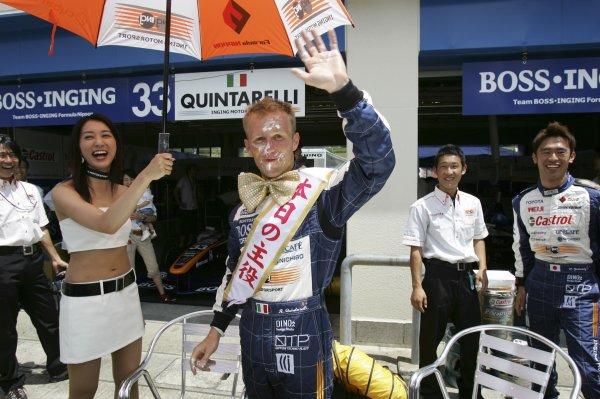 2006 Formula Nippon Championship Autopolis, Japan. 5th - 6th August 2006 Ronnie Quintarelli (BOSS INGING) celebrates his birthday. Portrait. World Copyright: Yasushi Ishihara / LAT Photographic ref: Digital Image 2006FN_R5_013