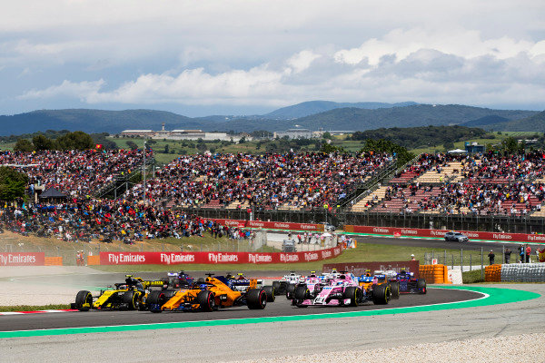 Carlos Sainz Jr., Renault Sport F1 Team R.S. 18, leads Fernando Alonso, McLaren MCL33 Renault, Sergio Perez, Force India VJM11 Mercedes, and the remainder of the field at the start.