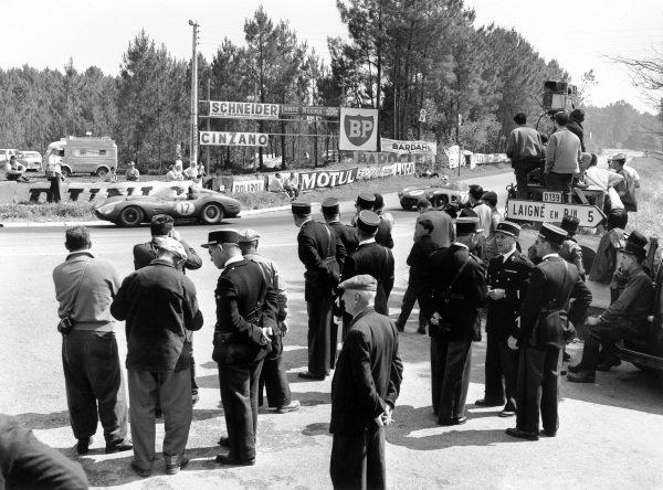 Le Mans, France. 25 - 26 June 1960. Ricardo Rodriguez/Andre Pilette (Ferrari 250 TR59), 2nd position, leads Jim Clark/Roy Salvadori (Aston Martin DBR1), 3rd position, action. World Copyright: LAT Photographic. Ref: Autocar Glass Plate C59018.