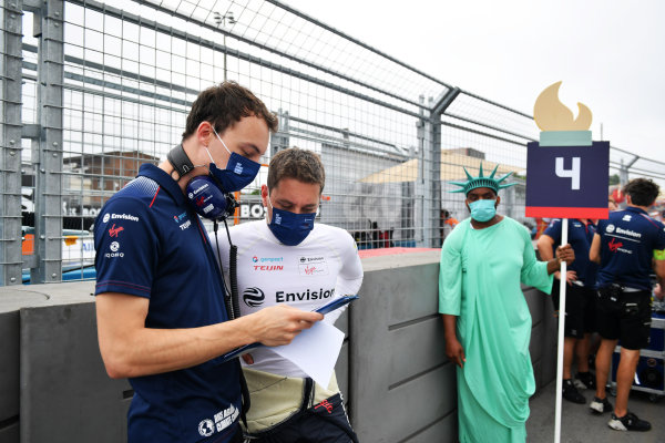 Robin Frijns (NLD), Envision Virgin Racing, on the grid with an engineer