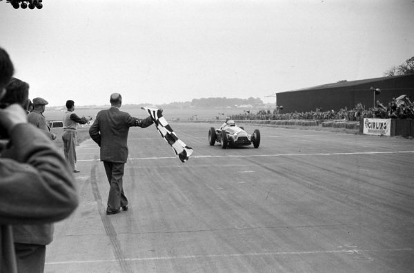 Juan Manuel Fangio, Alfa Romeo 159B takes the chequered flag for second.