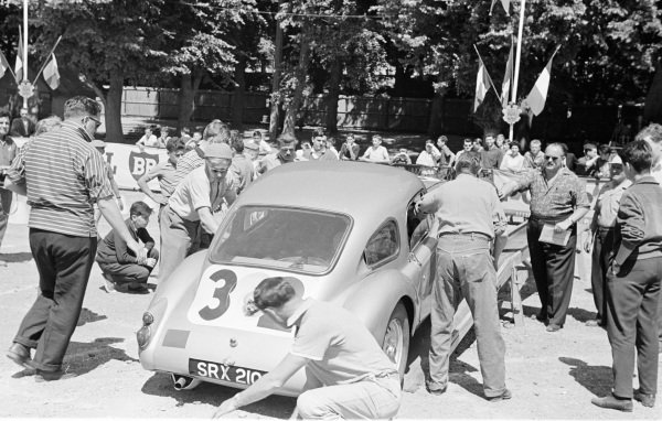 Le Mans, France. 25-26 June 1960. Ted Lund/Colin Escott (MG A Twin Cam), 12th position. Ref-861M/17A. World Copyright - LAT Photographic