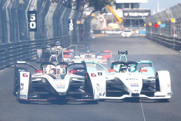 Through smoke, Maximillian Gunther (DEU), GEOX Dragon Racing, Penske EV-3 and Tom Dillmann (FRA), NIO Formula E Team, NIO Sport 004 go side by side