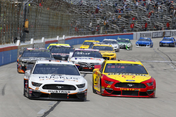#41: Daniel Suarez, Stewart-Haas Racing, Ford Mustang Ruckus and #22: Joey Logano, Team Penske, Ford Mustang Shell Pennzoil