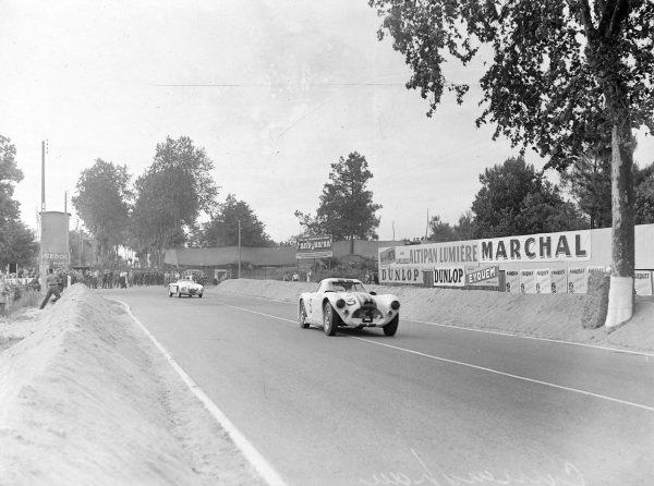 Charles Moran / John Gordon Bennet, Briggs Cunningham, Cunningham C4-RK - Chrysler, leads Fred Wacker Jr / Phil Hill, Rees T. Makins, OSCA MT-4 1300.