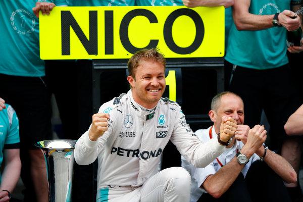 Shanghai International Circuit, Shanghai, China. Sunday 17 April 2016. Nico Rosberg, Mercedes AMG, 1st Position, celebrates with his team. World Copyright: Andy Hone/LAT Photographic ref: Digital Image _ONY5810