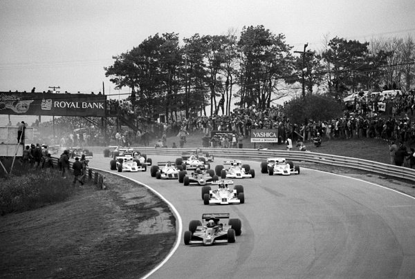 Pole sitter Mario Andretti (USA) Lotus 78, who retired from the lead of the race on lap 78 with a blown engine, leads at the start of the race.  Canadian Grand Prix, Rd 16, Mosport Park, Canada, 9 October 1977.