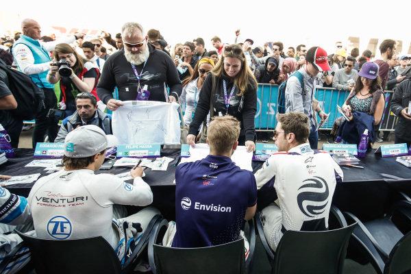Felipe Massa (BRA), Venturi Formula E, Sam Bird (GBR), Envision Virgin Racing, and Robin Frijns (NLD), Envision Virgin Racing, sign autographs
