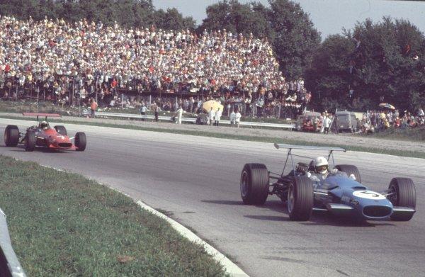 1968 Italian Grand Prix.Monza, Italy6-8 September 1968.Johnny Servoz-Gavin (Matra MS10 Ford) leads Derek Bell (Ferrari 312). Servoz-Gavin finished in 2nd position.Ref: 68 ITA 24.World Copyright - LAT Photographic