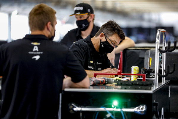 #7: Felix Rosenqvist, Arrow McLaren SP Chevrolet crew