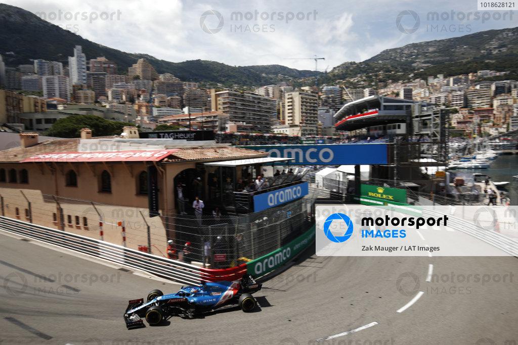 Fernando Alonso, Alpine A521, leads George Russell, Williams FW43B