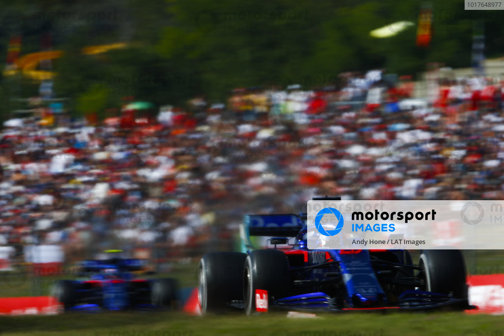 Daniil Kvyat, Toro Rosso STR14 leads Alexander Albon, Toro Rosso STR14