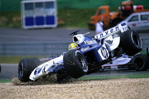 Ralf Schumacher, Williams FW26 BMW, crashes out after contact at the start of the race.