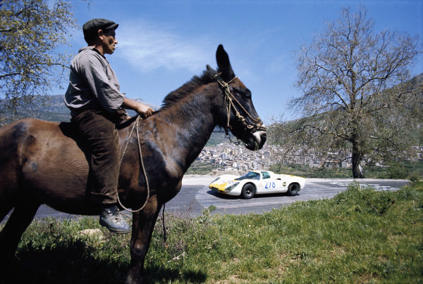 Corrado Manfredini / Luciano Selva, C. Manfredini, Porsche 907 2.2 022 being watched by a spectator on a donkey.