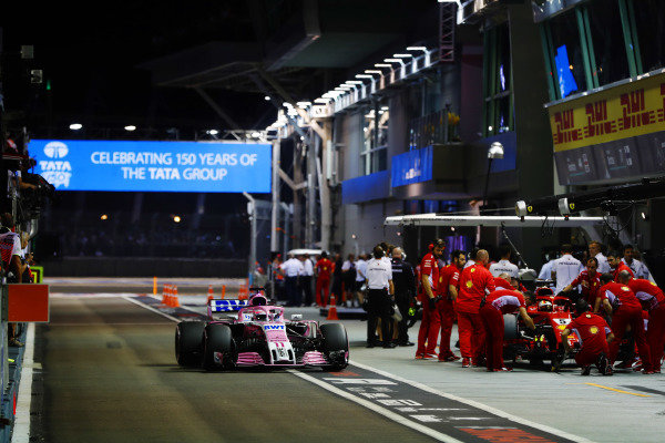Sergio Perez, Racing Point Force India VJM11 and Sebastian Vettel, Ferrari SF71H, in the pits