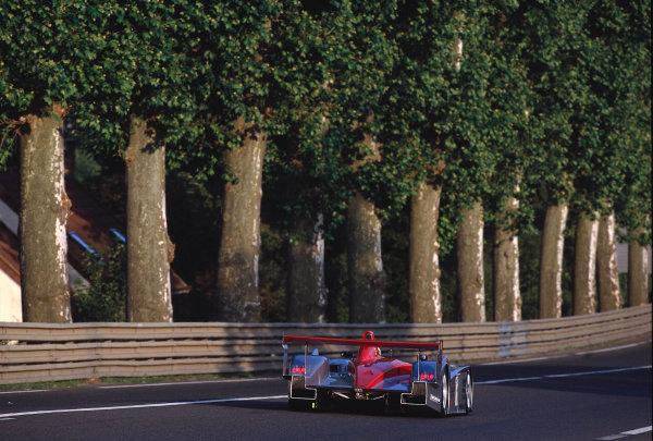 2002 Le Mans 24hr, La Sarthe, France, 15 -16 June 2002. Audi R8 powers down the Mulsanne Straight. World Copyright: LAT Photographic Ref: 02LM07.