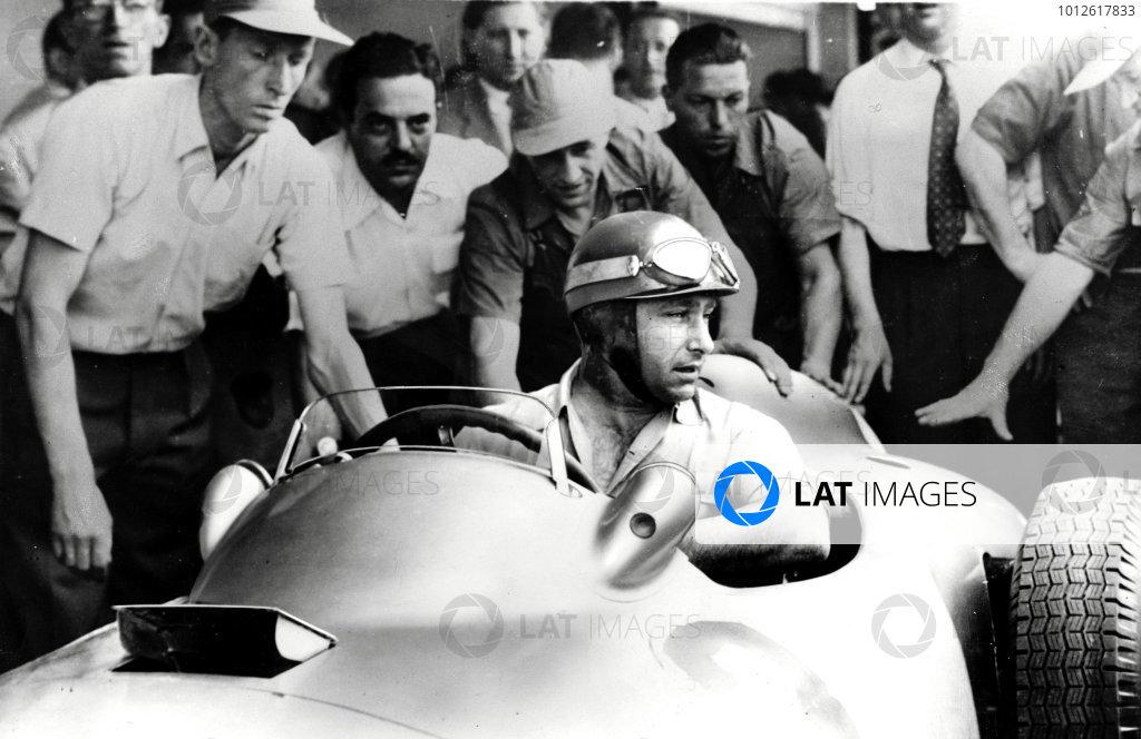 Buenos Aires.14-16 January 1955.Juan Manuel Fangio (Mercedes-Benz W196) 1st position.Published-Autocar 21/1/1955 p93.World Copyright - LAT Photographic