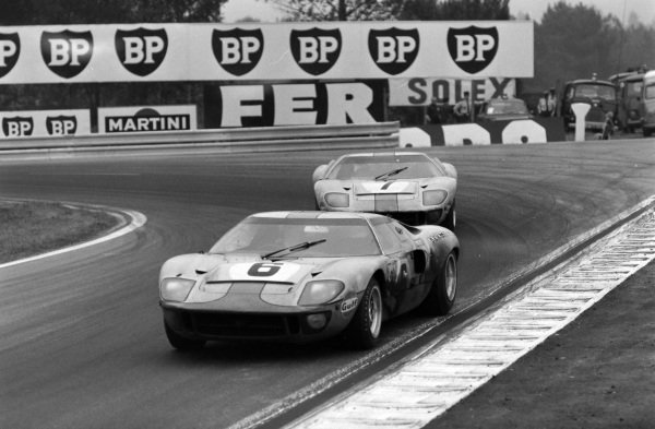 Jacky Ickx / Jackie Oliver, John Wyer Automotive Engineering Ltd, Ford GT40 leads David Hobbs / Mike Hailwood, John Wyer Automotive Engineering, Ford GT40.