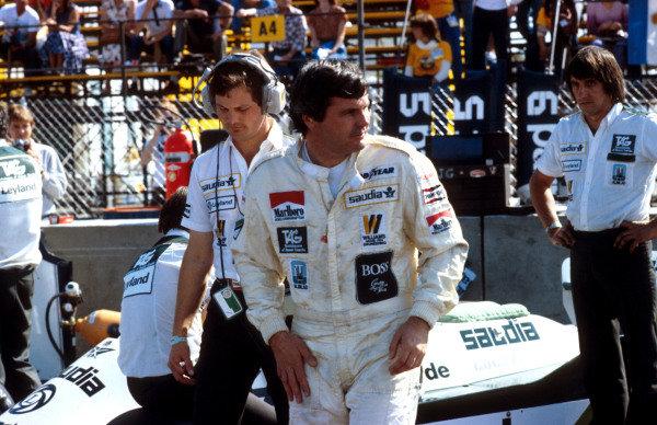 1981 Caesars Palace Grand Prix.Las Vegas, Nevada, USA.15-17 October 1981.Alan Jones (Williams Ford) 1st position, with Frnk Dernie behind.Ref-81 LV 05.World Copyright - LAT Photographic