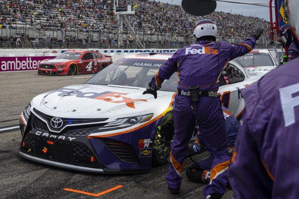 #11: Denny Hamlin, Joe Gibbs Racing, Toyota Camry FedEx Office pit stop