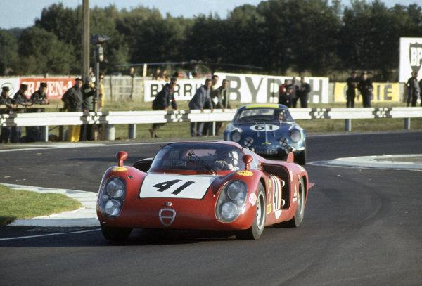 Le Mans, France. 28-29 September 1968. Giancarlo Baghetti/Nino Vaccarella (#41 Alfa Romeo T33/2) leads Maurice Nusbaumer/Joseph Bourdon (#61 Alpine A110-Renault). World Copyright: LAT Photographic Ref: 68LM19