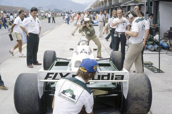 1981 Brazilian Grand Prix.Jacarepagua, Rio de Janeiro, Brazil. 27-29 March 1981.Alan Jones (Williams FW07C-Ford Cosworth), 2nd position, in the pits. Frank Williams stands on the right.World Copyright: LAT PhotographicRef: 35mm transparency 81BRA20