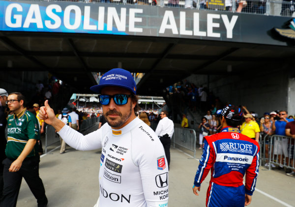 Verizon IndyCar Series Indianapolis 500 Race Indianapolis Motor Speedway, Indianapolis, IN USA Sunday 28 May 2017 Fernando Alonso, McLaren-Honda-Andretti Honda, greets the fans before the race. World Copyright: Steven Tee/LAT Images ref: Digital Image _R3I7587