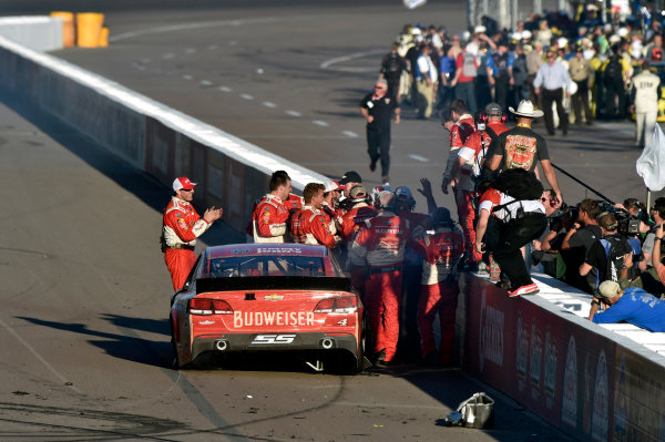 7-9 November, 2014, Avondale, Arizona USA Kevin Harvick celebrates his win with a burnout ? 2014, Nigel Kinrade LAT Photo USA