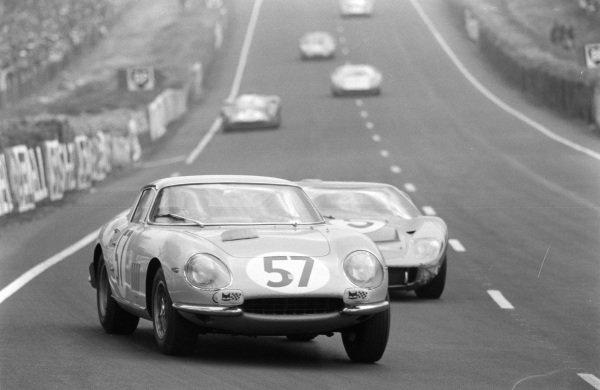 Pierre Noblet / Claude Dubois, Ecurie Francorchamps, Ferrari 275 GTB, leads Ronnie Bucknum / Richard Hutcherson, Holman & Moody, Ford Mk II.