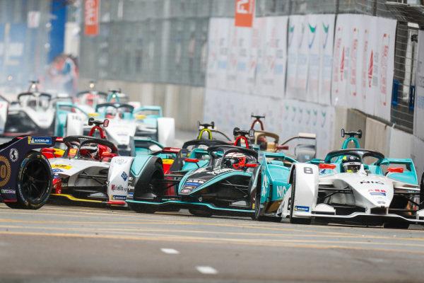 Tom Dillmann (FRA), NIO Formula E Team, NIO Sport 004 leads Mitch Evans (NZL), Panasonic Jaguar Racing, Jaguar I-Type 3