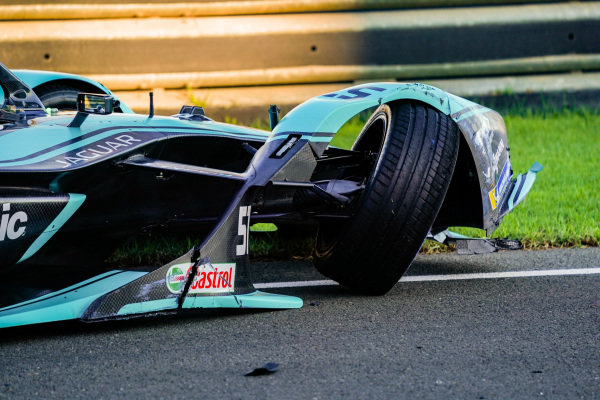 James Calado (GBR), Panasonic Jaguar Racing, Jaguar I-Type 4, with damage to his front end