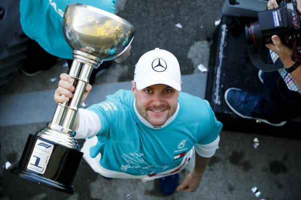 Race winner Valtteri Bottas, Mercedes AMG F1 celebrates during the Mercedes AMG F1 team photograph