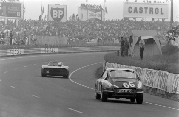 Jean Egreteaud / Raymond Lopez, Jean Egreteaud, Porsche 911 T, chases after another car.