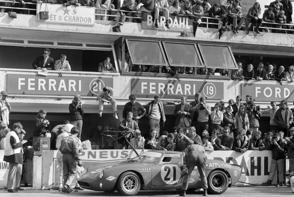David Piper / Richard Attwood, David Piper Racing, Ferrari 250 LM, makes a pitstop.