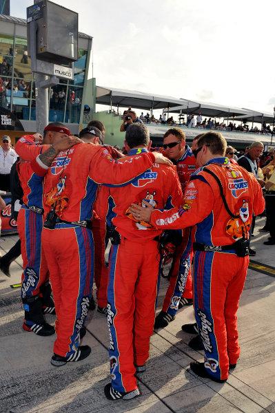 20-22 November, 2009, Homestead, Florida, USAMark Martin team pre-race huddle.©2009, LAT South, USALAT Photographic