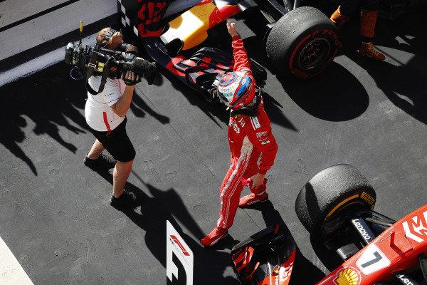 Kimi Raikkonen, Ferrari SF71H, oslavuje v parku Ferme po víťazstve v pretekoch.