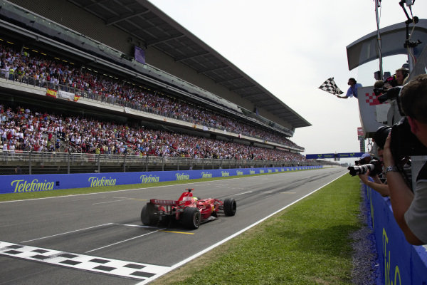 Felipe Massa, Ferrari F2007 takes the chequered flag for victory.