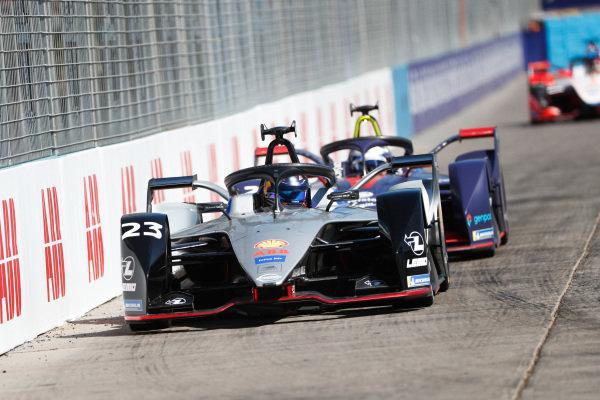 Sébastien Buemi (CHE), Nissan e.Dam, Nissan IMO1, leads Sam Bird (GBR), Envision Virgin Racing, Audi e-tron FE05