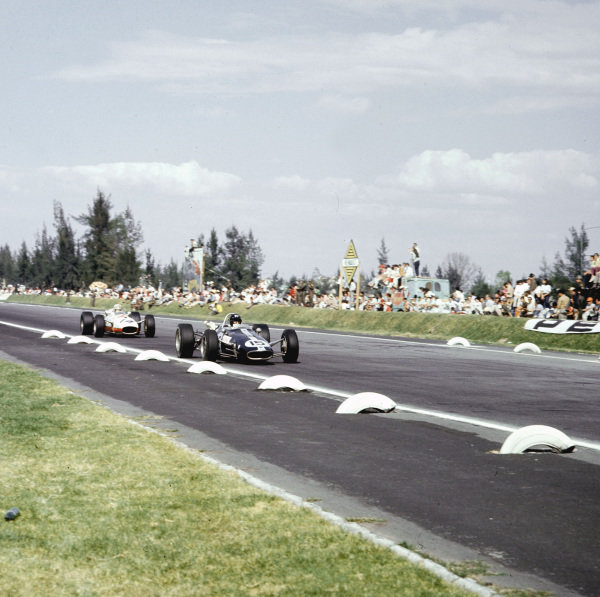 Mexico City, Mexico.21-23 October 1966.Dan Gurney (Eagle T1F Climax) leads Ronnie Bucknum (Honda RA273). They finished in 5th and 8th positions respectively.Ref-3/2393.World Copyright - LAT Photographic