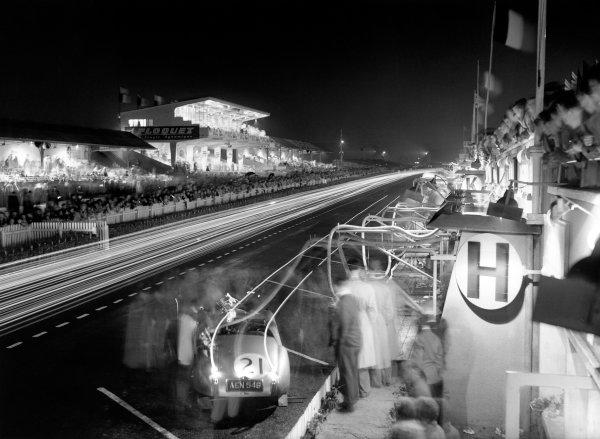 1951 Le Mans 24 hours.Le Mans, France.23rd - 24th June 1951.Lawie/Walker, Jaguar XK120, 11th position, refuells during the night, action.Ref: C29684World Copyright - LAT Photographic