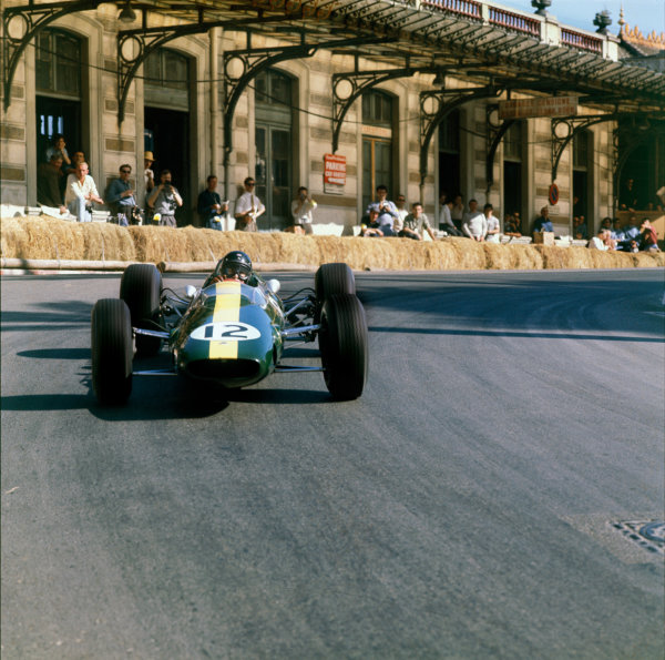 Monte Carlo, Monaco. 10th May 1964. Rd 1. Jim Clark, Lotus 25-Climax, 4th position, action. World Copyright: LAT Photographic. Ref: 3871.