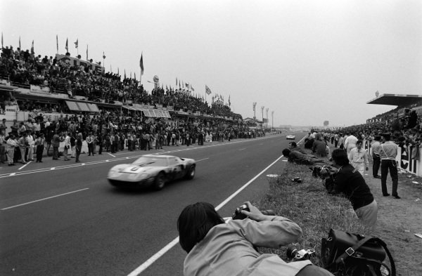 Jacky Ickx / Jackie Oliver, John Wyer Automotive Engineering Ltd, Ford GT40 leads Hans Herrmann / Gèrard Larrousse, Porsche System Engineering, Porsche 908 LH.
